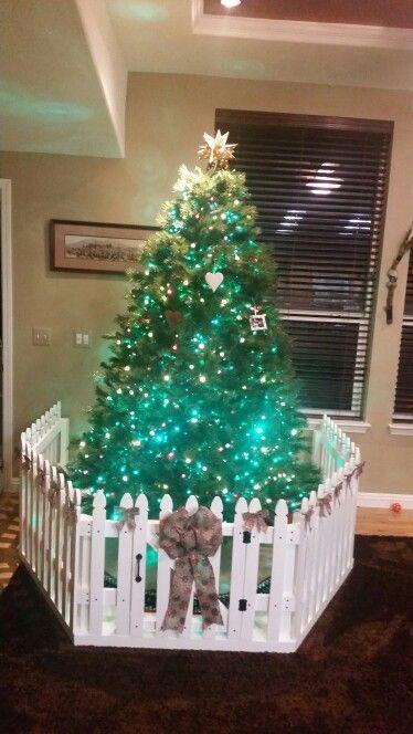 Christmas Tree Fence Indoors  Árvores de Natal para famlias bebês exploradores