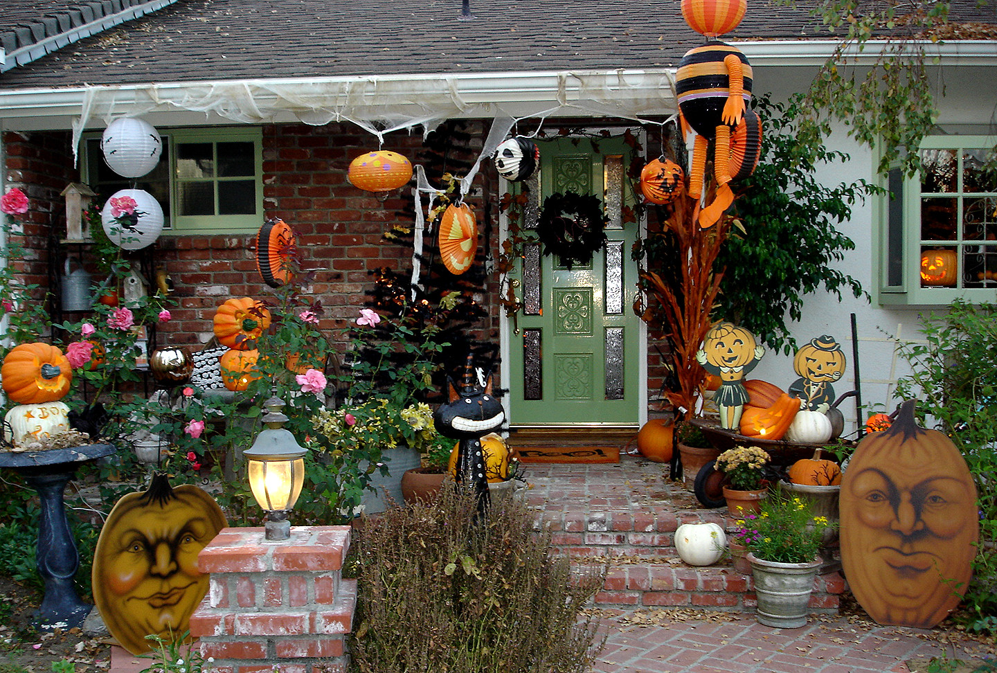 Halloween Decoration Outdoor  SPOOKY OUTDOOR DECORATIONS FOR THE HALLOWEEN NIGHT