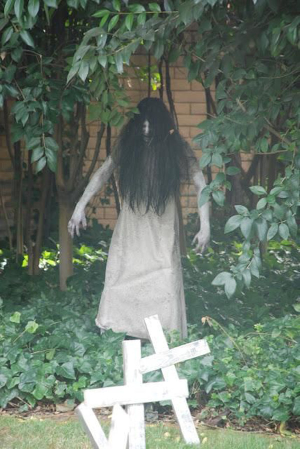 Outdoor Halloween Decorations Ideas  33 Best Scary Halloween Decorations Ideas &