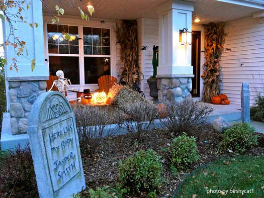 Porch Halloween Decor  10 Easy Halloween Decorating Ideas For Your Porch or Yard